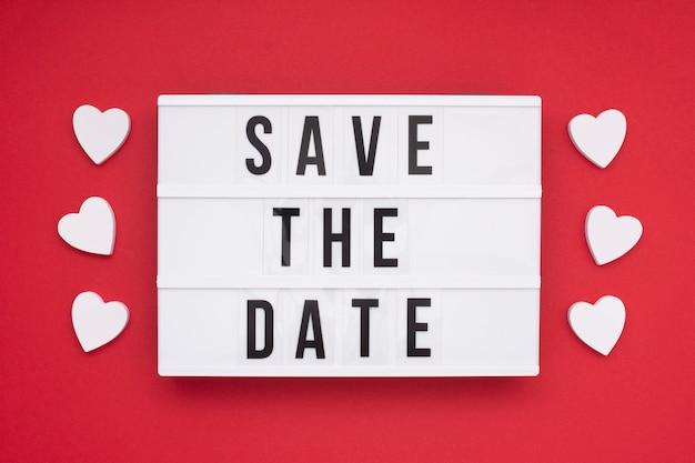 Bovenaanzicht bewaart het datumbericht met rode achtergrond