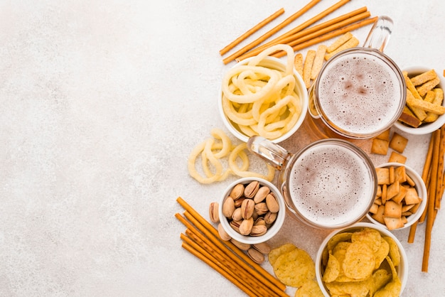 Bovenaanzicht bier en snacks frame