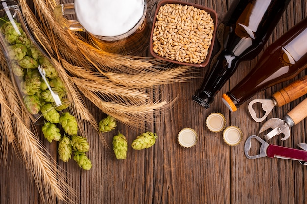 Bovenaanzicht bier met verse ingrediënten