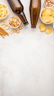 Bovenaanzicht bierflesjes en snacks frame
