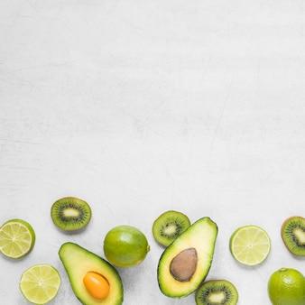 Bovenaanzicht biologische avocado met kiwi en limoen
