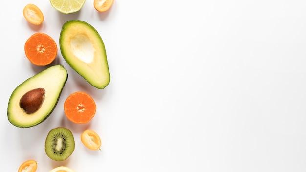 Bovenaanzicht biologische avocado met kopie ruimte
