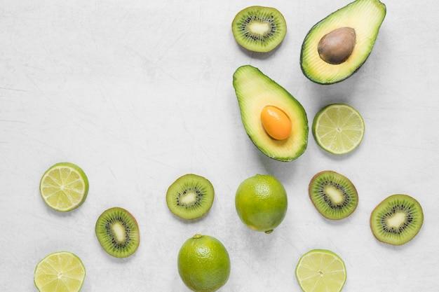 Bovenaanzicht biologische avocado met limoen op tafel