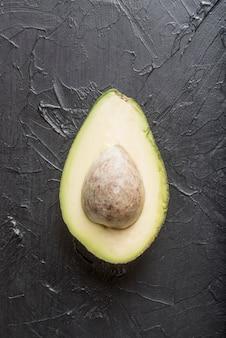 Bovenaanzicht biologische avocado op tafel