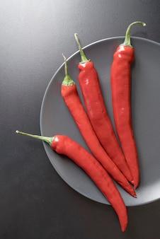 Bovenaanzicht biologische chili pepers op plaat