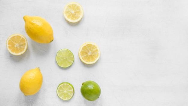 Bovenaanzicht biologische citroen en limoen op tafel