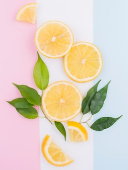 Bovenaanzicht biologische citroen segmenten op tafel