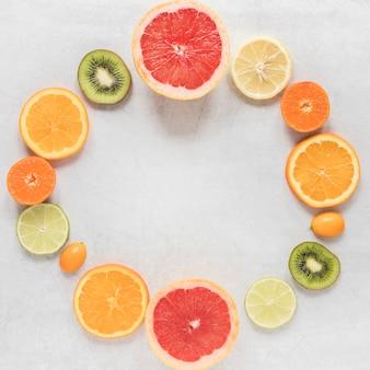 Bovenaanzicht biologische en verse plakjes fruit