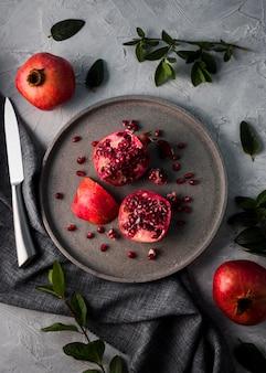 Bovenaanzicht biologische granaatappel op plaat