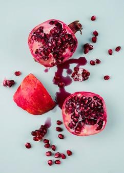 Bovenaanzicht biologische granaatappel op tafel