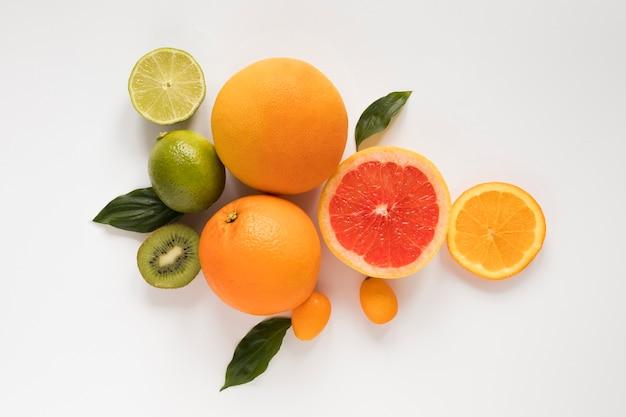 Bovenaanzicht biologische grapefruit met kiwi en limoen