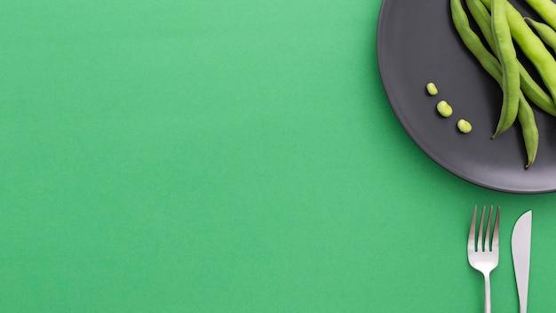 Bovenaanzicht biologische groene bonen met kopie ruimte