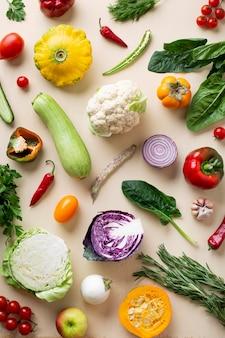 Bovenaanzicht biologische groenten arrangement