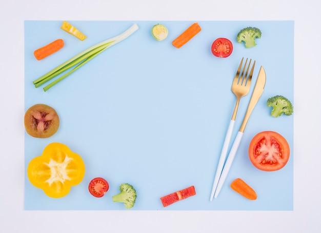 Bovenaanzicht biologische groenten met bestek
