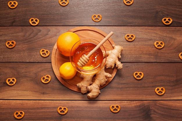 Bovenaanzicht biologische honing met citroen en gember