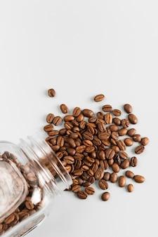 Bovenaanzicht biologische koffiebonen op de tafel