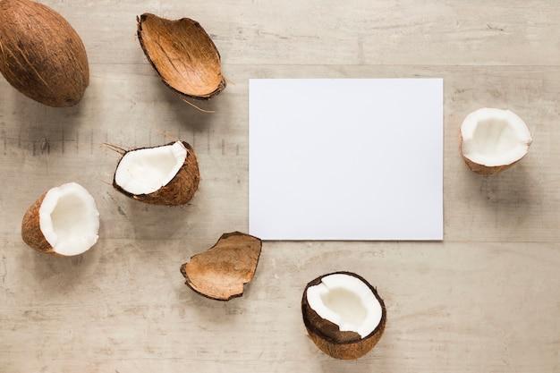 Bovenaanzicht biologische kokosnoten op tafel