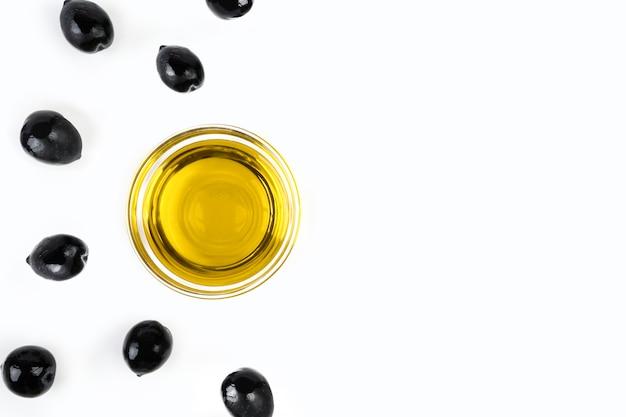 Bovenaanzicht biologische olijfolie en olijven