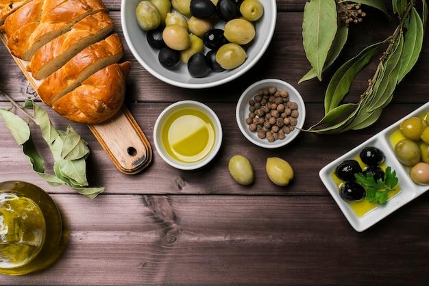 Bovenaanzicht biologische olijven en zelfgebakken brood