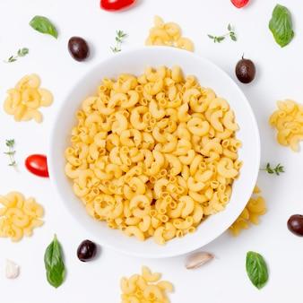 Bovenaanzicht biologische pasta kom op tafel