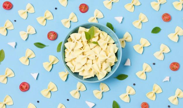Bovenaanzicht biologische pasta op tafel