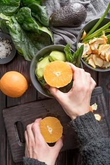 Bovenaanzicht biologische sinaasappelen met salade