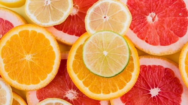 Bovenaanzicht biologische stukjes sinaasappel