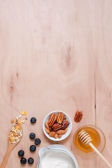 Bovenaanzicht biologische yoghurt en honing met kopie ruimte