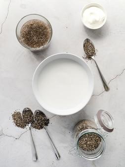 Bovenaanzicht biologische zaden en melk