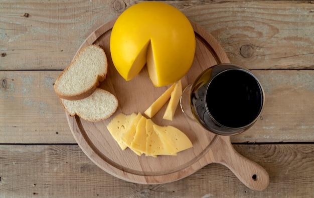 Bovenaanzicht biologische zelfgemaakte kaas met brood