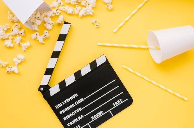 Bovenaanzicht bioscoop filmklapper met popcorn