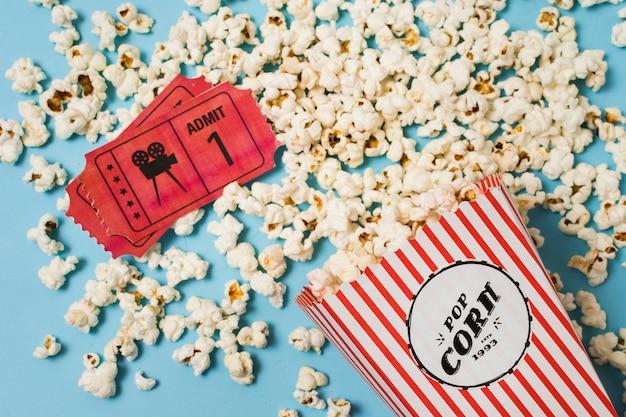 Bovenaanzicht bioscoopkaartjes en popcorn