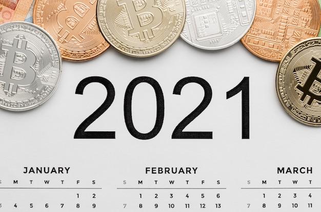 Bovenaanzicht bitcoins op het kalenderassortiment van 2021