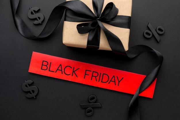 Bovenaanzicht black friday-verkoopassortiment met geschenken