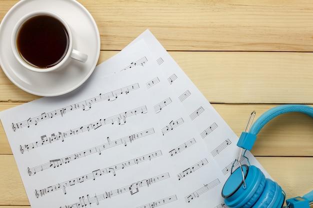 Bovenaanzicht bladmuziek notitiepapier en kerstversiering op houten achtergrond