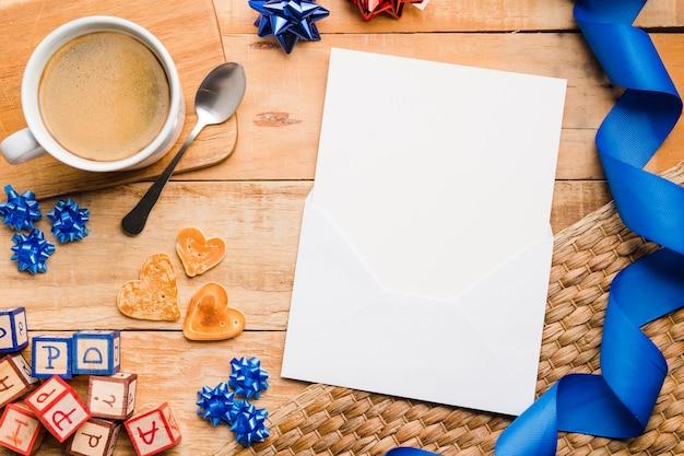 Bovenaanzicht blanco papier met kop koffie op de tafel