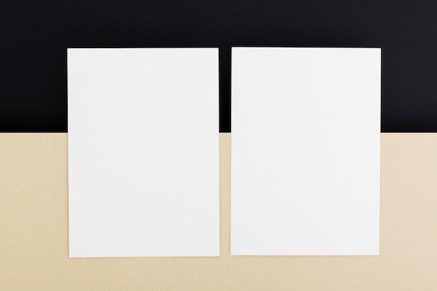 Bovenaanzicht blanco papier visitekaartjes