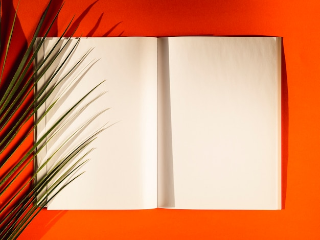 Bovenaanzicht blanco papieren op een rode achtergrond