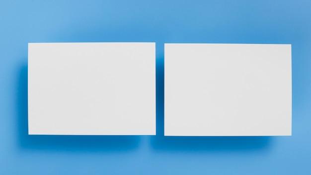 Bovenaanzicht blanco visitekaartjes concept