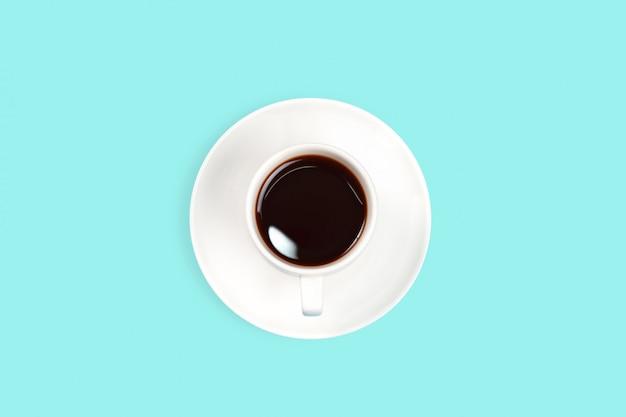 Bovenaanzicht blauw bureau met zwarte koffie