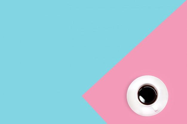 Bovenaanzicht blauw en roze bureau met zwarte koffie