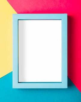 Bovenaanzicht blauw frame op kleurrijke achtergrond