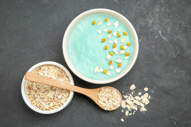 Bovenaanzicht blauw ijs dessert met rauwe muesli op donkere tafel foto fruit ontbijtgranen