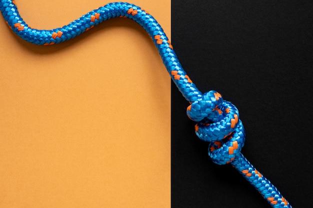 Bovenaanzicht blauw touw met knoop kopie ruimte