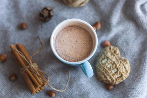 Bovenaanzicht blauwe cacaokop grijze gebreide achtergrond