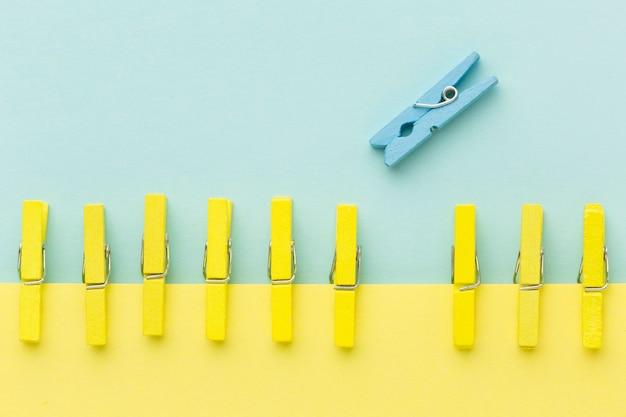 Bovenaanzicht blauwe en gele haken