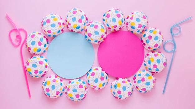 Bovenaanzicht blauwe en roze feestdecoraties