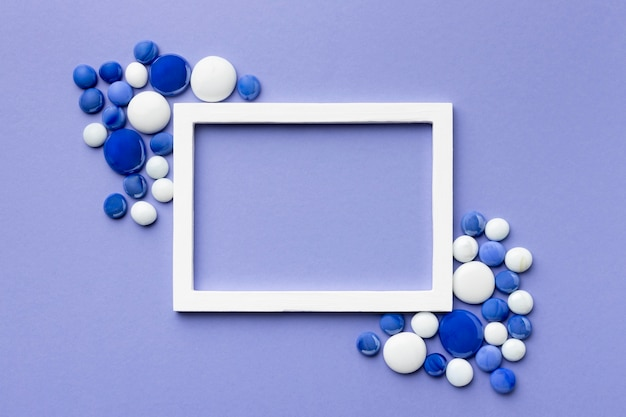 Bovenaanzicht blauwe en witte kiezelstenen regeling