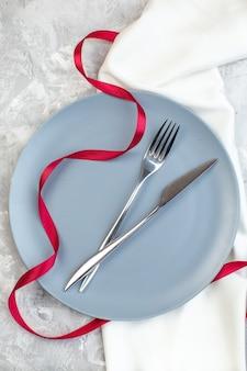 Bovenaanzicht blauwe plaat met vork en mes op lichte ondergrond dames glas horizontale keuken voedselkleur