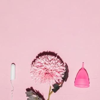 Bovenaanzicht bloem met tampon en menstruatiecup
